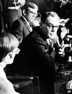 在这张1973年3月13日的黑白资料照片中,刚刚被中国政府释放回国的道尼在康涅狄克州的总医院举行记者会。