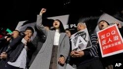 """被取消竞选资格的香港自决派团体""""香港众志""""的常委周庭和支持者在""""反对政治筛选集会""""中喊口号(2018年1月28日)"""