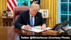Presiden AS Donald Trump menandatangani perintah Presiden di Gedung Putih (foto: dok).
