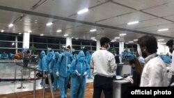 Hành khách Việt Nam chờ làm thủ tục tại phi trường Dehli. ngày 19/5/2020.