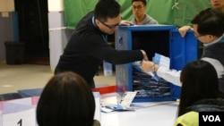 香港立法會補選工作人員打開投票箱點票。 (美國之音特約記者 湯惠芸拍攝 )