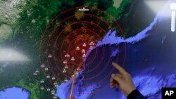韩国气象局官员在首尔指点朝鲜核爆造成的地震波。 (2016年1月6日)
