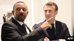 Le Premier ministre éthiopien Abiy Ahmed (à gauche) et le président français Emmanuel Macron (à droite) avant une réunion à Addis-Abeba le 12 mars 2019.