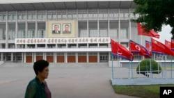 中國領導人習近平訪問平壤之際,平壤街頭的北韓與中國國旗。(2019年6月20日)