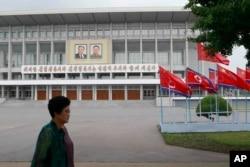中国领导人习近平访问平壤之际,平壤街头的朝鲜与中国国旗。(2019年6月20日)