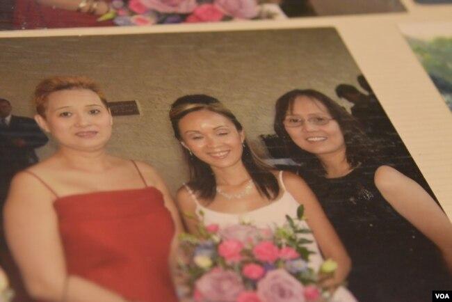 Từ trái qua, ba chị em Nguyễn Anh Thùy, Nguyễn Anh Thư, và Nguyễn Anh Thúy chụp cùng nhau trong một đám cưới mà chị Thư làm phù dâu, tháng 10, 2006.