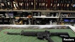Sebuah toko senjata api di Aurora, Colorado, AS (foto: ilustrasi). Pemerintahan Presiden Trump bersiap-siap untuk mempermudah penjualan senjata ringan buatan Amerika.