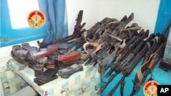 Des armes saisies par des militants des forces tunisiennes dans la ville de Ben Guerdane, le sud de la Tunisie, 7 mars 2016. (Ministère de la Défense tunisien via AP)