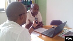 Le directeur national de la Santé du Cap-Vert, Tomas Valdez, répond, ici, aux questions du journaliste Eugénio Teixeira de la VOA.