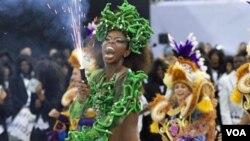 Seorang penari samba dalam parade pembukaan karnaval di Sao Paulo, Brazil, Sabtu (5/3).