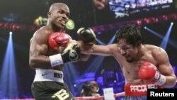 Petinju Amerika Timothy Bradley Jr (kiri) bertanding melawan Petinju Filipina Manny Pacquiao di Arena MGM Grand Garden, Las Vegas, Nevada pada 2012.