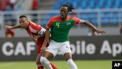 Bakary Koné du Burkina Faso, à droite, dans un duel avec Emilio Nsue de la Guinée équatoriale, à gauche, au cours de la Coupe d'Afrique des nations à Bata, Guinée équatoriale, 21 janvier 2015.