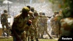 Les forces de l'ordre tentent d'arrêter les manifestants lors de l'Irrechaa, le festival de remerciement des Oromo dans la ville de Bishoftu, région d'Oromia, Ethiopie, le 2 octobre 2016