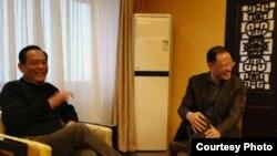 中国自由职业者、独立学者荣剑(左)和许章润教授交谈(荣剑推特照片)。