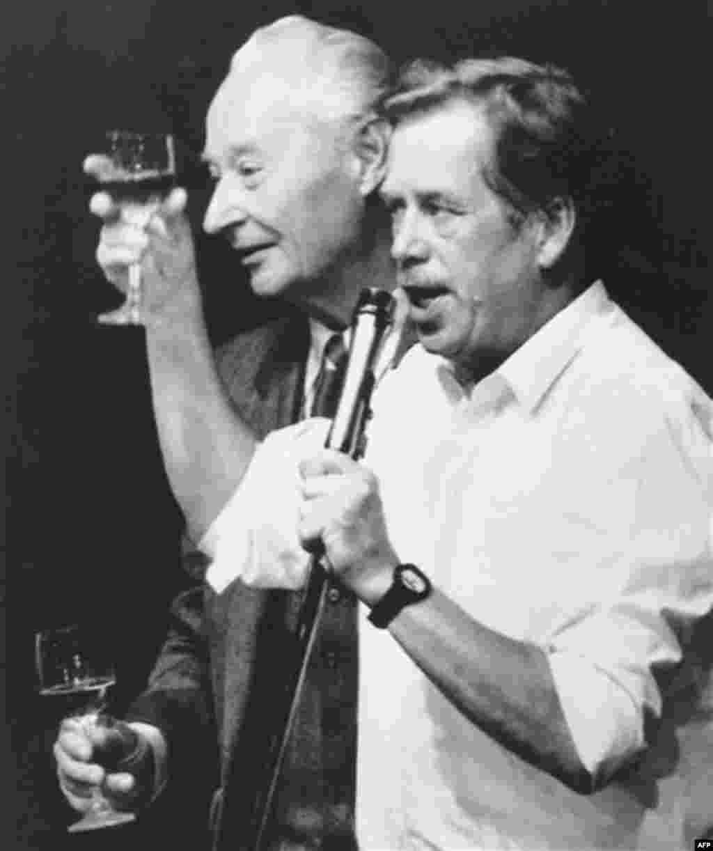 1989 წლის 24 ნოემბერი - ჩეხეთის ოპოზიციის ლიდერი ვაცლავ ჰაველი (მარჯვნივ) და ჩეხოსლოვაკიაში რეფორმების ინიციატორი ალექსანდერ დუბჩეკი პოლიტბიუროს გადადგომას სადღეგრძელოთი აღნიშნავენ