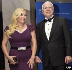ARCHIVO - El senador John McCain y su hija, Meghan McCain, llegan a la cena anual de la Asociación de Corresponsales de la Casa Blanca en Washington, el 3 de mayo de 2014.