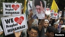 泰国民众到美国驻曼谷 大使馆前示威,高举抗议标语(2012年9月18日)