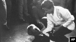 Juan Romero drži ruku pod glavom smrtno ranjenog Kennedyja