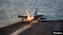 Máy bay tác chiến EA-18G Growler bay lên từ hàng không mẫu hạm USS Carl Vinson của Hoa Kỳ. Bắc Triều Tiên cảnh báo sẽ tấn công 'tàn khốc' nếu hạm đội do tàu USS Carl Vinson dẫn đầu tập trận với Nam Triều Tiên.
