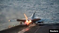 ເຮືອບິນຮົບ EA-18G Growler ຖືກປ່ອຍອອກຈາກ ເຮືອຮົບ USS Carl Vinson (CVN 70) ໃນອ່າວ Arabian. 28 ຕຸຸລາ 2014.