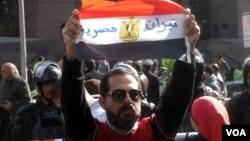 """Un homme tient un drapeau sur lequel il est inscrit """"Tiran est égyptien"""" à Giza, en Egypte, le 16 janvier 2017. (VOA/Hamada Elrasam)"""