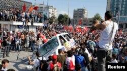 Người Thổ Nhĩ Kỳ biểu tình chống chính phủ tại Quảng trường Taksim ở trung tâm Istanbul, 1/6/2013
