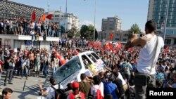 Para demonstran Turki melakukan protes anti pemerintah di Lapangan Taksim, Istanbul (1/6).