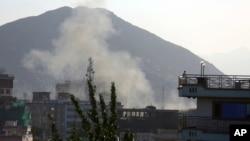 Asap mengepul dari lokasi serangan bunuh diri kedua di kantor polisi, Kabul, Afghanistan, 9 Mei 2018. (Foto: dok).