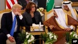 အေမရိကန္ သမၼတ Donald Trump နဲ႔ ေဆာ္ဒီဘုရင္ Salman တို႔ ေဆာ္ဒီဘုရင့္နန္းေတာ္မွာ ေတြ႔ဆံု။ ေမလ ၂၀ ရက္ ၂၀၁၇။