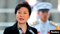 박근혜 한국 대통령이 22일 한국 부산 유엔기념공원에서 거행된 '유엔군 참전·정전 60주년 유엔 참전용사 추모식'에서 추모사를 하고 있다.