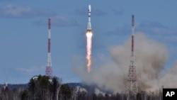 ຈະຫຼວດ Soyuz 2.1a ຂອງຣັດເຊຍ ທີ່ບັນທຸກພວກດາວທຽມ ຂະໜາດນ້ອຍ Lomonosov, Aist-2D ແລະ SamSat-218 ໄດ້ຖືກຍິງຂຶ້ນສູ່ທ້ອງຟ້າ ໂດຍມີແປວ ໄຟເປັນສາຍ ແລະຄວັນ ໃນຂະນະທີ່ທະຍານຂຶ້ນ ຈາກສະຖານີສົ່ງຍານອະວະກາດໃໝ່ Vostochny, ວັນທີ 28 ເມສາ 2016.