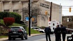 Petugas keamanan mengamankan lokasi terjadinya penembakan di sinagog Tree of Life di Pittsburgh, hari Sabtu (27/10).