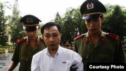Ông Truyển bị ba năm rưỡi tù giam năm 2007 về tội danh 'tuyên truyền chống nhà nước' theo điều 88 Bộ Luật hình sự Việt Nam (facebook.com/FreeNguyenBacTruyen)