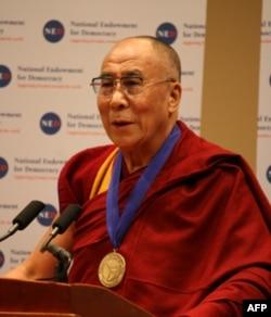 达赖喇嘛接受民主服务奖后发表讲话