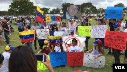 Decenas de venezolanos se congregaron con pancartas en mano para participar de la marcha #NoMás en Miami, Florida. [Foto: Goldy Fogel, VOA].