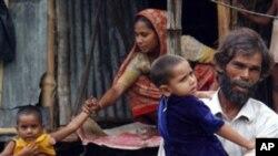 ၂၀၀၆ ခုႏွစ္၊ စက္တင္ဘာလ ေ၇ႀကီးခဲ့သည့္အခ်ိန္ကလည္း အခုလို ေရေတာထဲ ႐ုန္းကန္ သြားလာခဲ့ၾကရသည့္ ဘဂၤလားေဒ့ရွ္ႏုိင္ငံသား မိသားစု တစု။ စက္တင္ဘာ ၂၃၊ ၂၀၀၆