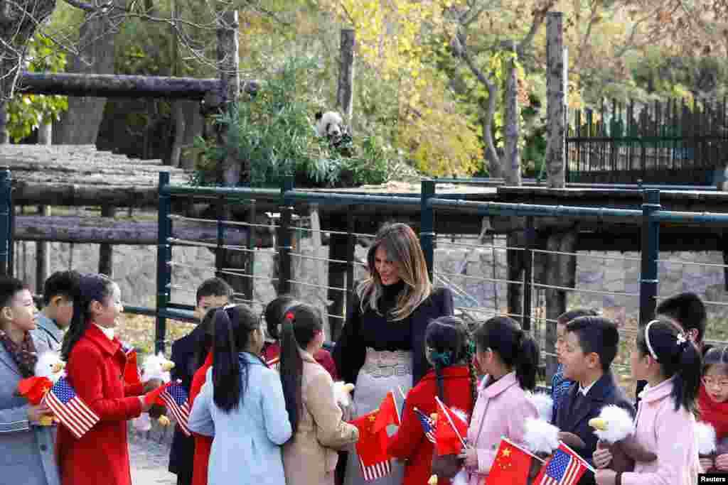 美國第一夫人梅拉尼婭·川普參觀北京動物園,同歡迎她的兒童交談(2017年11月10日)。
