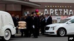 Peti jenazah penyanyi legendaris Aretha Franklin, dibawa ke New Bethel Baptist Church, di Detroit, Kamis, 30 Agustus 2018. Franklin meninggal dunia pada usia 76, karena kanker pankreas, 16 Agustus 2018.