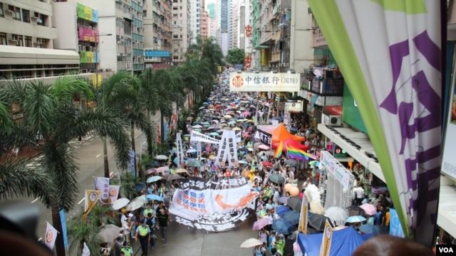 香港几十万市民上街参加七一大游行要求真普选 (美国之音海彦拍摄)