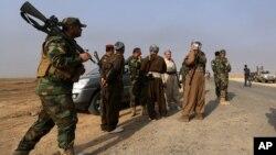 Pejuang Kurdi tengah berpatroli di Rabia, Irak, 1 Oktober 2014 (Foto: dok).
