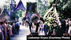 Дорога від помешкання Володимира Івасюка до Личаківського цвинтаря була встелена живими квітами, Львів, 22 травня 1979 року. Фотографії надав Любомир Криса