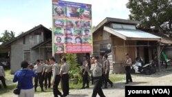 Aktifitas pemasangan Baliho DPO Teroris di Poso (Foto: VOA/Yoanes)
