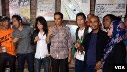 Calon presiden dari PDI-Perjuangan, Joko Widodo, bertemu grup rock Indonesia Slank, di markas mereka di Jakarta Selatan (27/5). (VOA/Andylala Waluyo)