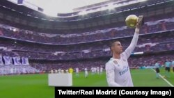 Ronaldo présente son 5e Ballon d'Or au stade Bernabeu, 9 décembre 2017. (Twitter/Real Madrid)