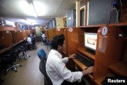 Seorang pria menggunakan internet di sebuah cafe di Yangon (foto: dok). Myanmar membatasi akses informasi pasca kudeta militer.