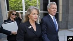 维吉尼亚州前州长鲍勃•麦克唐纳(右)和妻子莫琳•麦克唐纳(中)在法庭就有关动议进行了一次听证后,离开联邦法庭。(2014年5月19日)