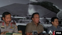 Menteri Koordinator Politik Hukum dan Keamanan Djoko Suyanto (tengah) dalam jumpa pers di Jakarta. (VOA/Fathiyah Wardah)