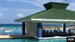 Quán rượu bên hồ bơi phục vụ du khách (Ảnh: Bùi Văn Phú)