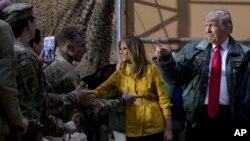 دونالدترمپ و همسرش میلانیا ترمپ حین ملاقات با سربازان امریکایی در عراق