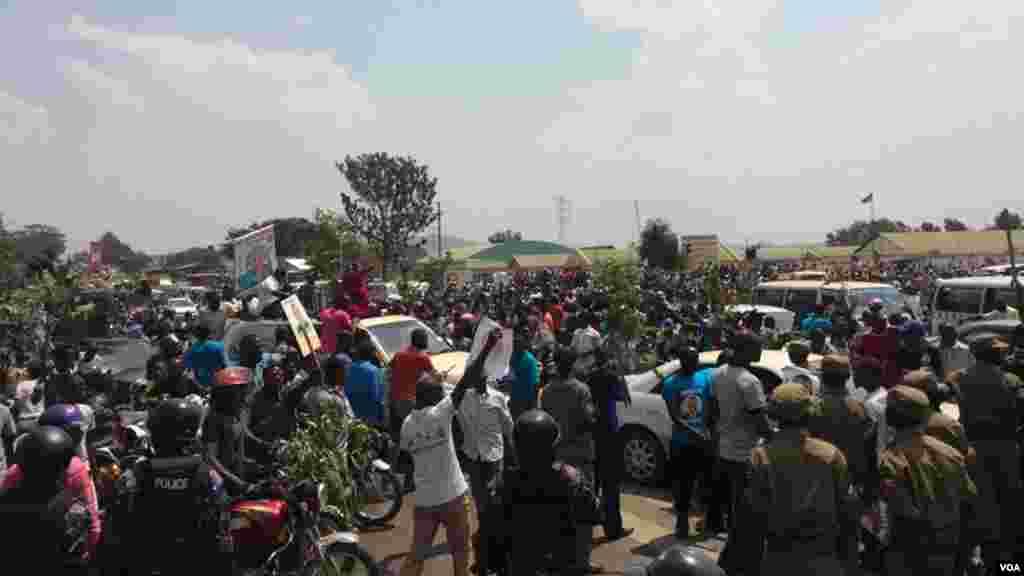 Les partisants Kizza Besigye protestent aprés son arrestationà Kampala, Ouganda, 15 février 2015.